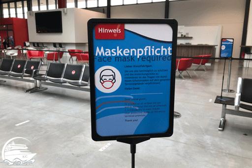 Im Kreuzfahrtterminal ist die Maske pflicht.