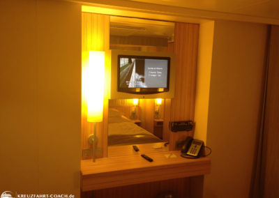 Fernseher und kleiner Schreibtisch in der Kabine