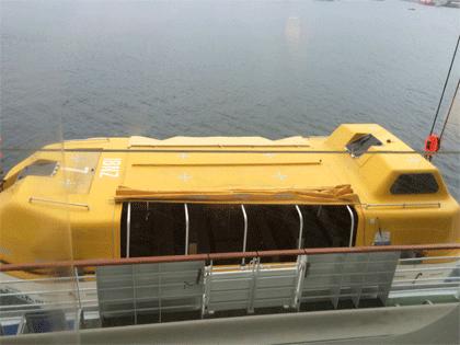 Rettungsboot wird zu Wasser gelassen