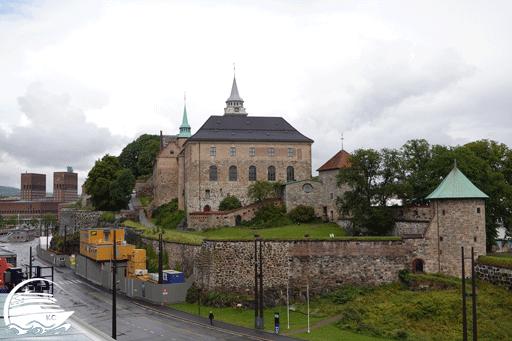 Blick vom Schiff auf die Festung und das Rathaus  in Oslo.