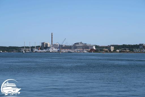 Blick auf den Ostuferhafen Kiel mit Kreuzfahrtschiff
