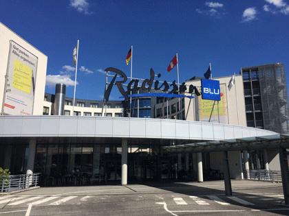 Hotel Radisson Blu von außen am Flughafen Hamburg