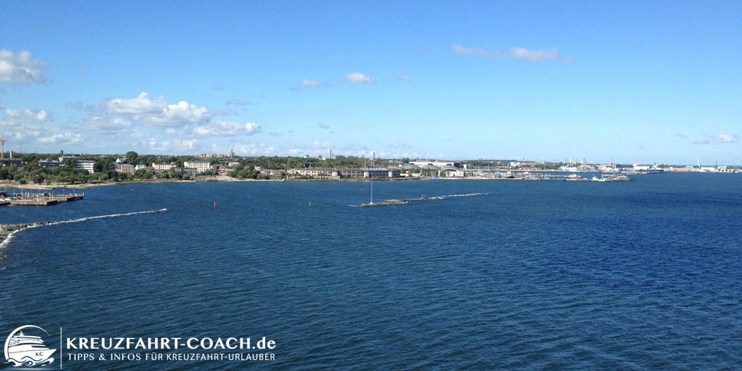 Blick auf die Küste von Tallinn vom Kreuzfahrtschiff aus
