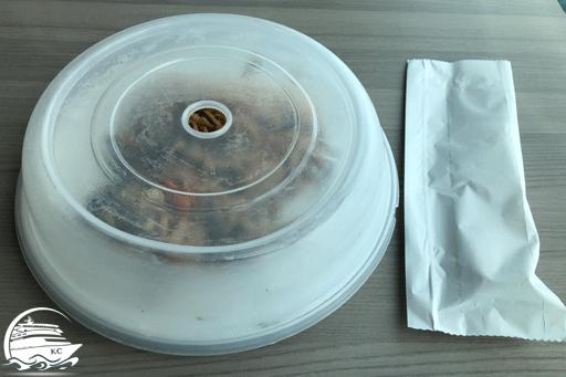 Die Speisen werden mit einem Plastikdeckel abgedeckt. Das Besteck bekommt man in einer Papiertüte.